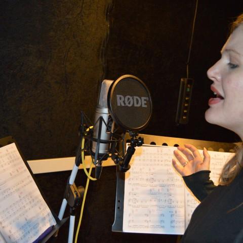 Hedvig Jalhed sjunger i studion.
